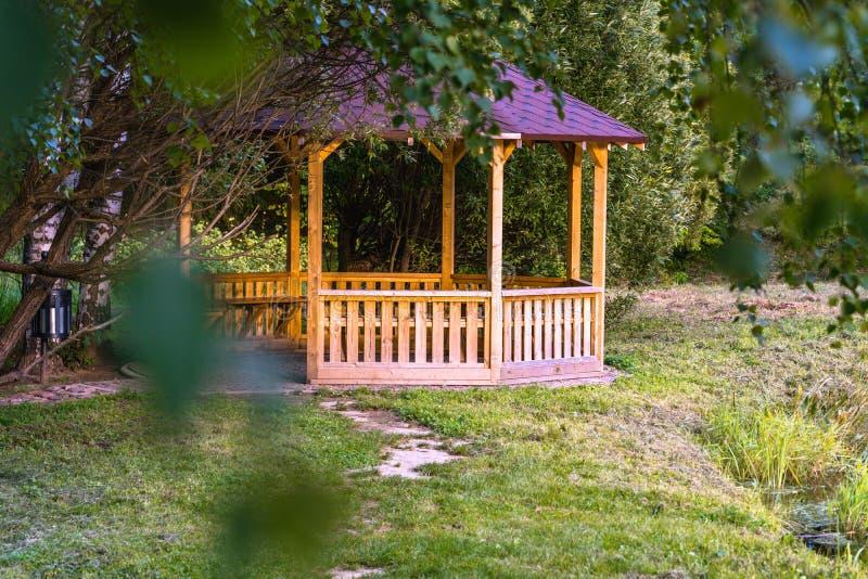 木夏天庭院议院的五颜六色的照片在一个公园,在森林-晴朗的秋天天之间 库存照片
