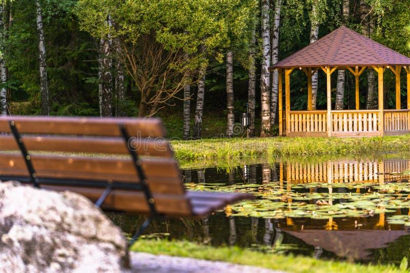 木夏天庭院议院的五颜六色的照片在一个公园,在森林-晴朗的秋天天之间 图库摄影