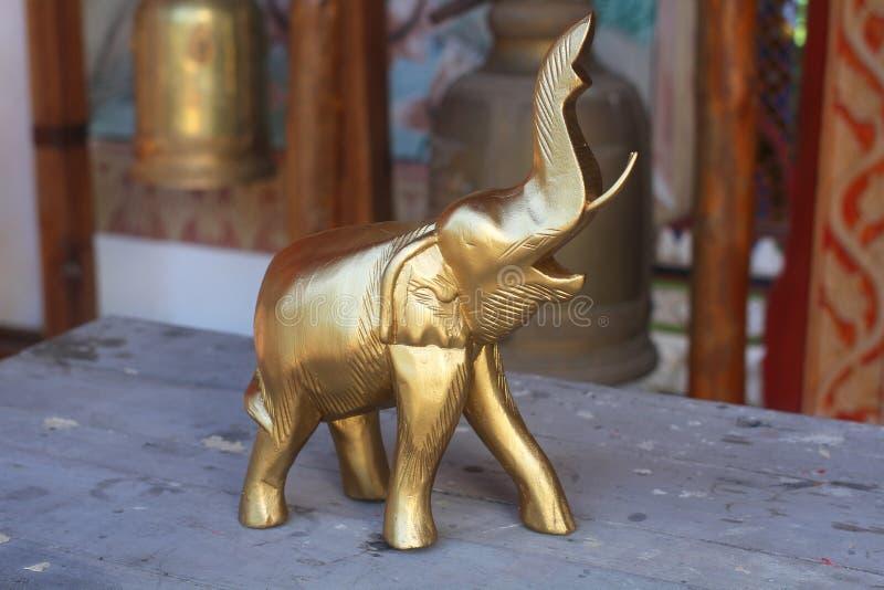 木大象用金子,旅游业的最有吸引力的家庭做的纪念品装饰从泰国 库存图片