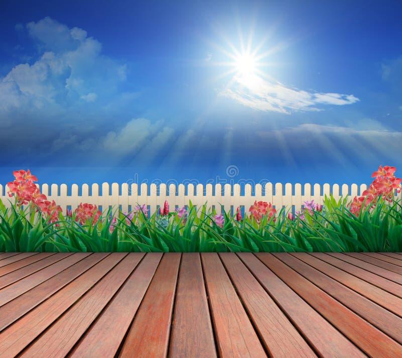 木大阳台和花园有上面蓝天和阳光的 皇族释放例证