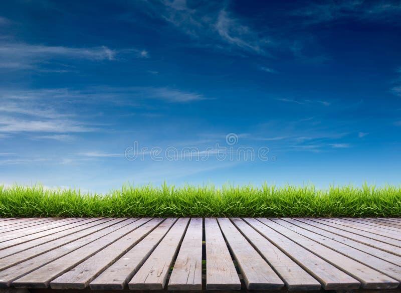 木大阳台和蓝天 库存图片