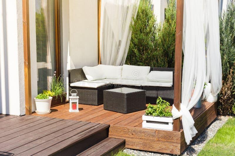 木大阳台的Chillout休息室 免版税库存照片