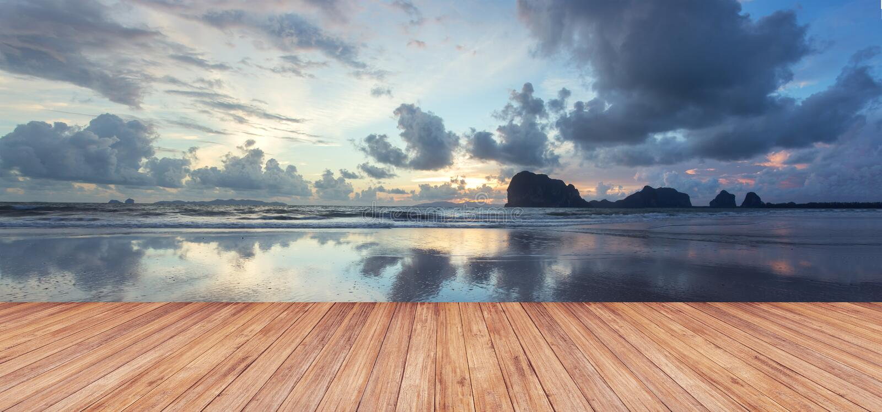 木大阳台透视反对美好的海景的在日落 图库摄影