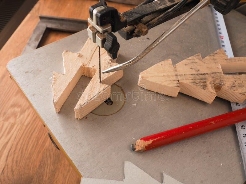 木头与纸卷锯一起使用 免版税库存照片