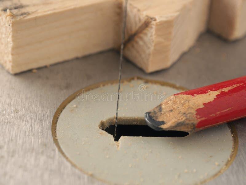 木头与纸卷锯一起使用 免版税库存图片