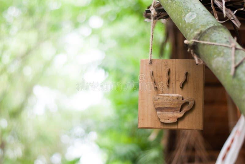 木头制作了入热的咖啡杯标志 免版税图库摄影