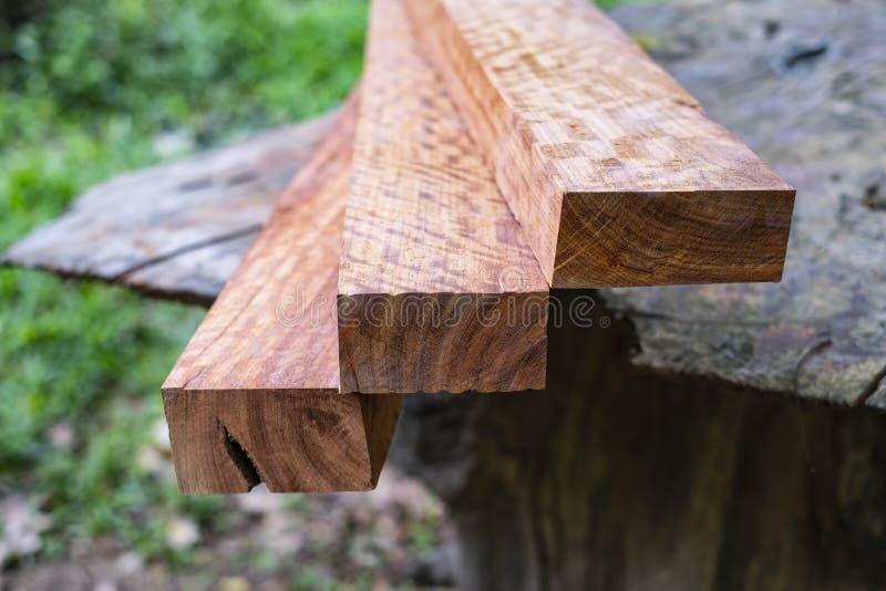 木头有老虎条纹或卷曲条纹五谷,工艺的木异乎寻常的美好的样式 图库摄影