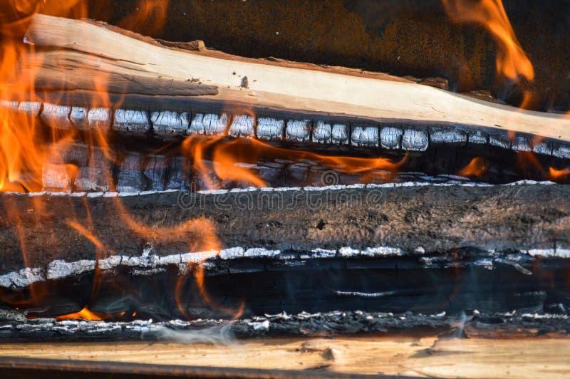 木头木灼烧的热的被烧焦的板条注册与火和烟的舌头的火 r 免版税库存照片