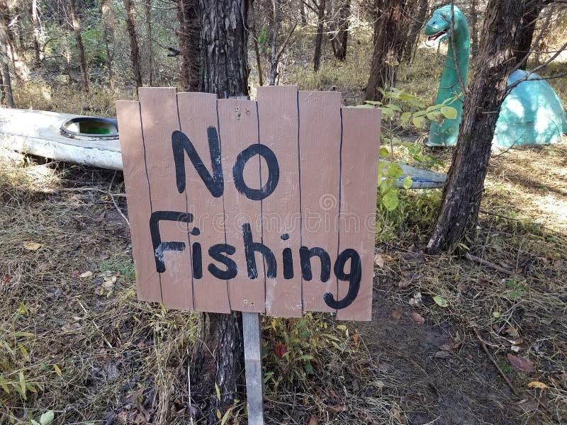 木头没有钓鱼的有恐龙的标志在森林或森林 免版税图库摄影