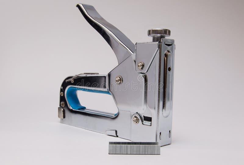 木头的金属订书机在白色背景 免版税库存图片