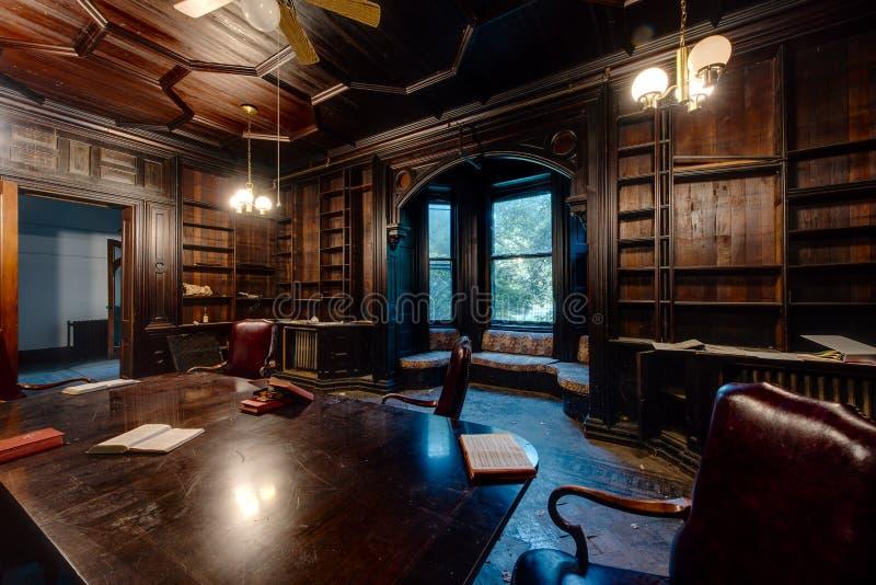 木头被镶板的图书馆-被放弃的Tioranda豪宅和医院-纽约 图库摄影