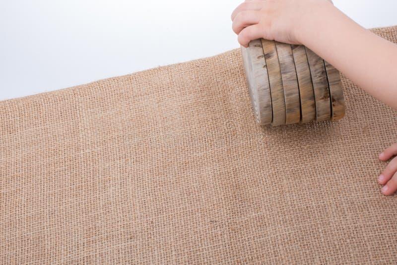 木头采伐在圆的稀薄的片断的裁减 免版税图库摄影