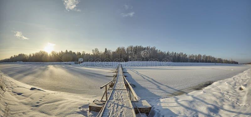 木头,冬天步行吊桥在莫斯科伏尔加河运河的在俄罗斯 免版税库存照片