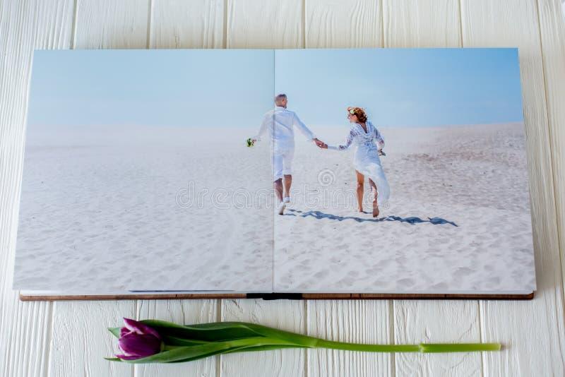 木婚礼照片书 耦合愉快的爱年轻人 新娘和新郎走婚礼之日 免版税库存图片