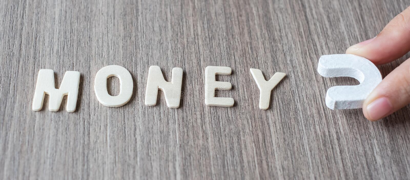 木字母表信件的金钱词与磁性的商人的对负 事务、财务和想法 免版税库存照片