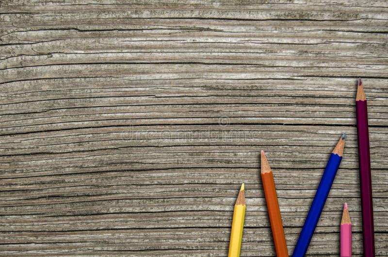 木学校书桌和铅笔 免版税库存图片