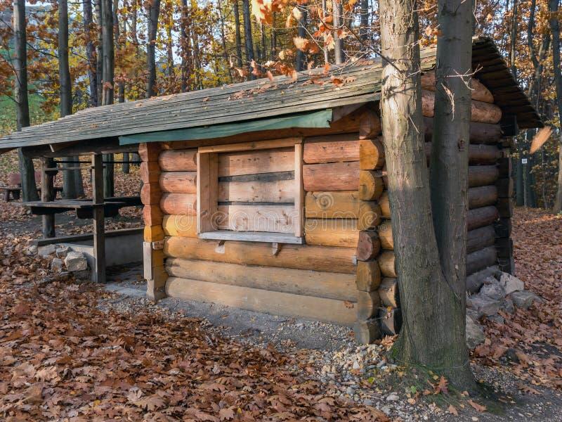 木小屋在森林里 免版税库存图片