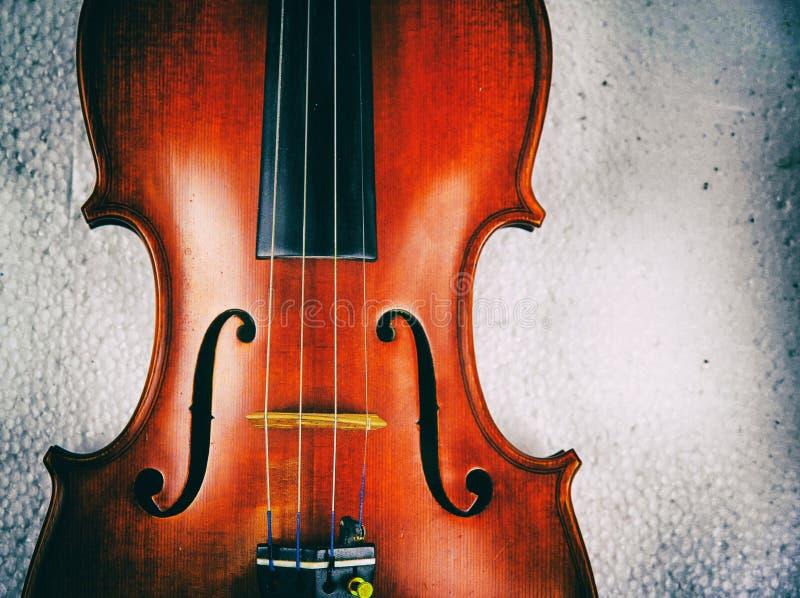 木小提琴抽象派设计背景,显示前方和串, F -孔,在剧烈的口气、葡萄酒和艺术样式 图库摄影