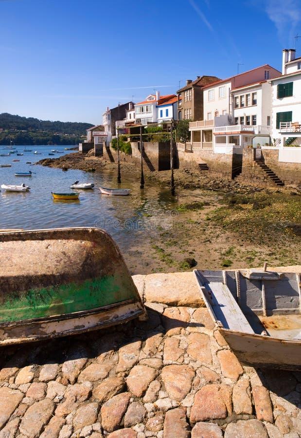 木小船和一个渔村 免版税库存照片