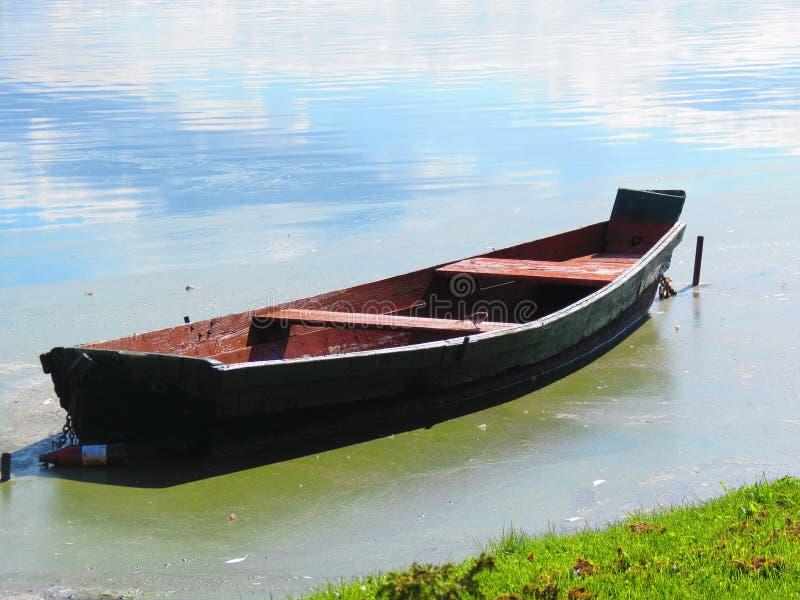 木小船在湖,立陶宛 免版税库存图片