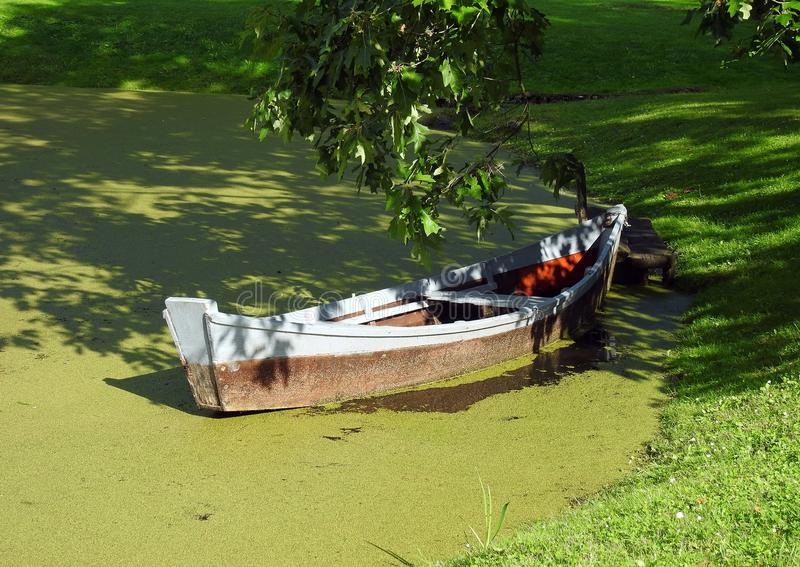 木小船在湖 免版税库存照片