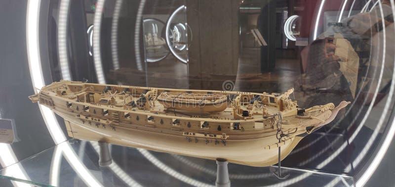 木小船模型在博物馆存放的瓶的 免版税库存照片