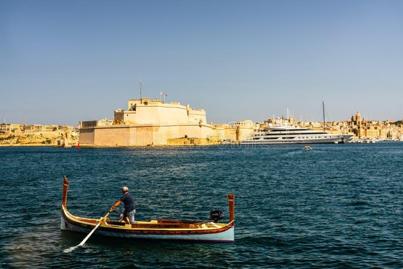 木小船的地方渔夫在瓦莱塔,马耳他海湾  库存照片