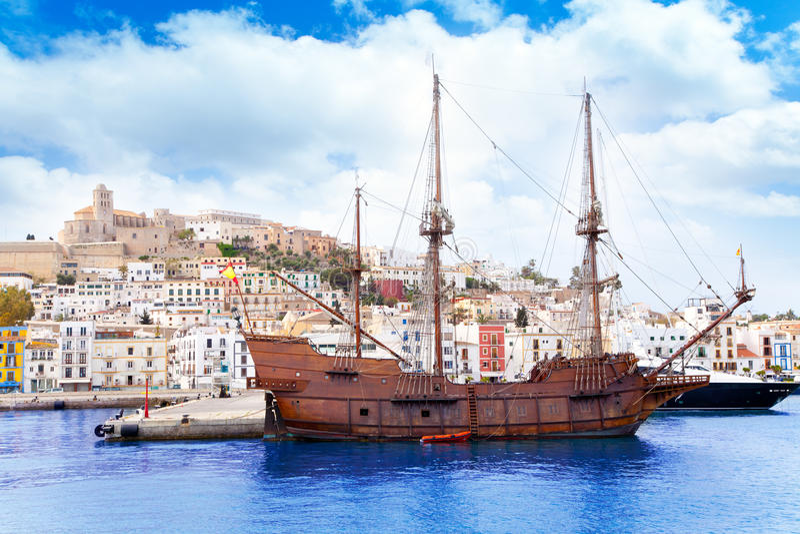 木小船经典eivissa ibiza老的城镇 免版税库存图片