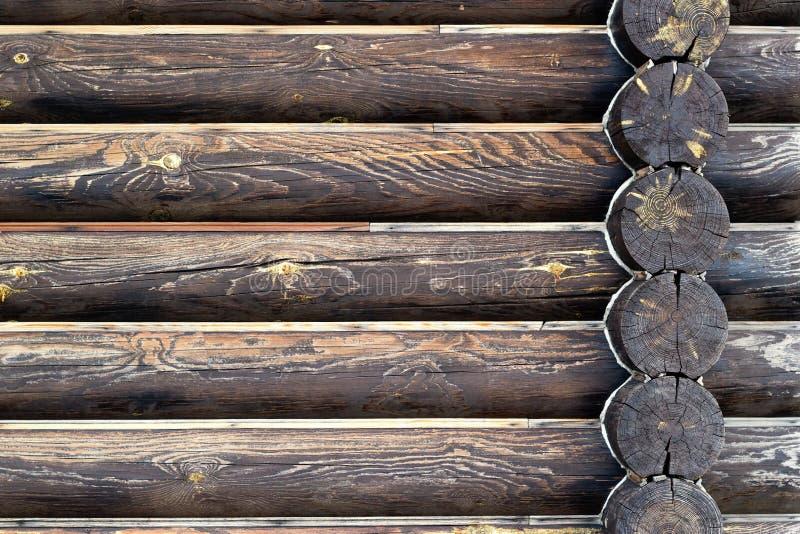 木屋背景墙壁  黑褐色被烧的木纹理 r 习惯文本的地方 免版税库存照片