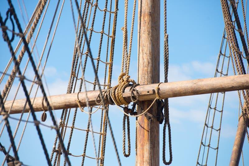 木帆柱、老帆船索具和绳索  免版税库存照片