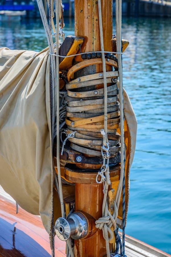 木帆柱在一条经典风船的一根鹅颈管 库存图片