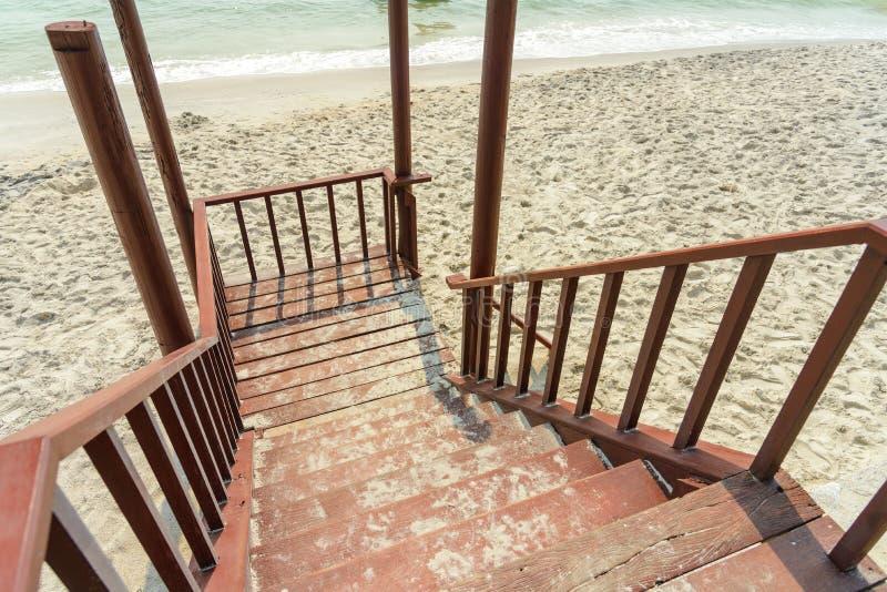 木带领向海滩的台阶和走道 免版税库存图片
