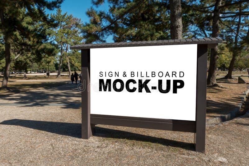 木广告牌空白的嘲笑在公园的 免版税图库摄影