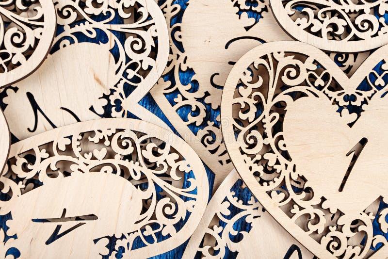 木心脏在蓝色木背景雕刻了 顶视图 库存照片