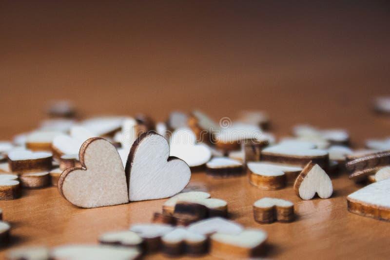 木心脏安排了在旁边 心脏在其他疏散心脏中 布朗华伦泰背景 免版税图库摄影