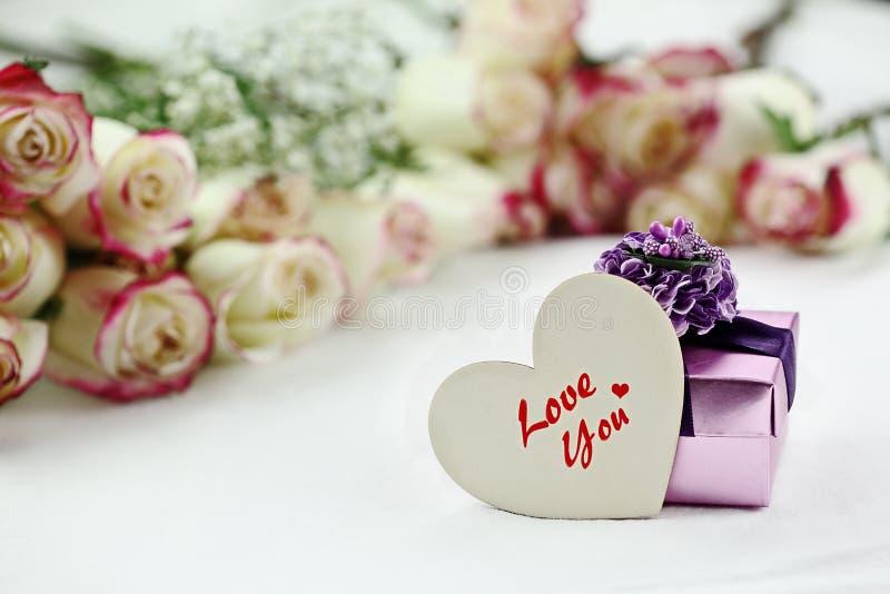木心脏礼物盒和美丽的玫瑰 免版税库存照片