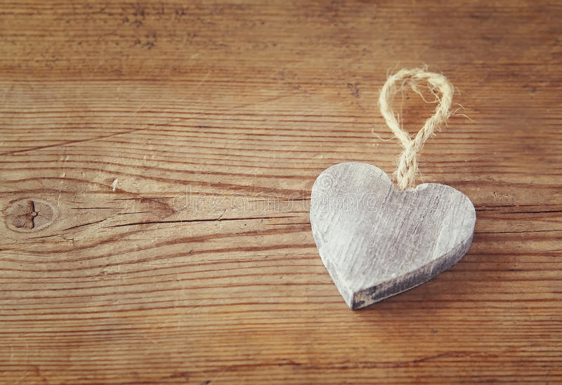 木心脏选择聚焦照片在土气桌上的 情人节庆祝概念 库存照片