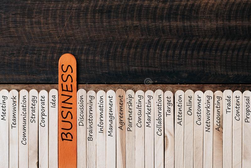 木忠心于在木桌背景的与生意相关的词 免版税库存照片