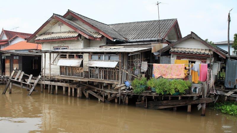 木房子临近Chao Phraya河 免版税库存图片