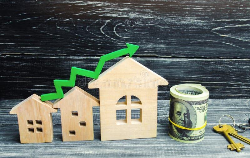 木房子从从小到大连续站立与一个绿色箭头 概念的高要求房地产的 增加E-F的能量 免版税库存图片