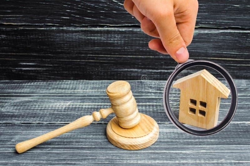 木房子和法官的锤子黑背景的 Co 免版税库存图片