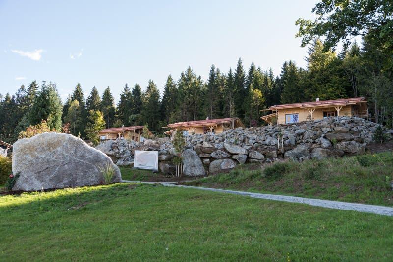 木房子在一个田园诗区域 免版税库存照片