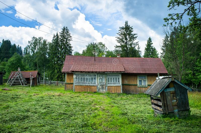 木房子在喀尔巴阡山脉区域 库存图片