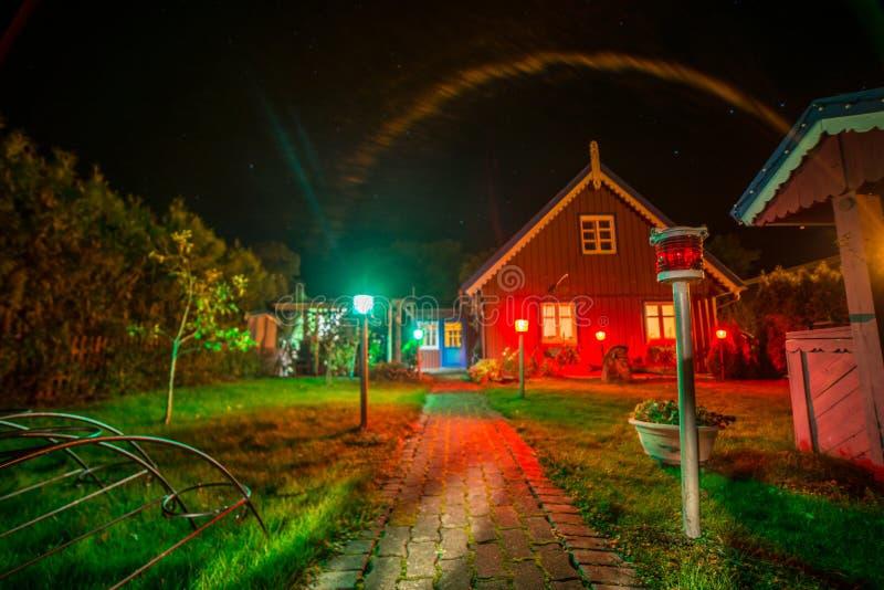 木房子在晚上在奈达 免版税库存图片