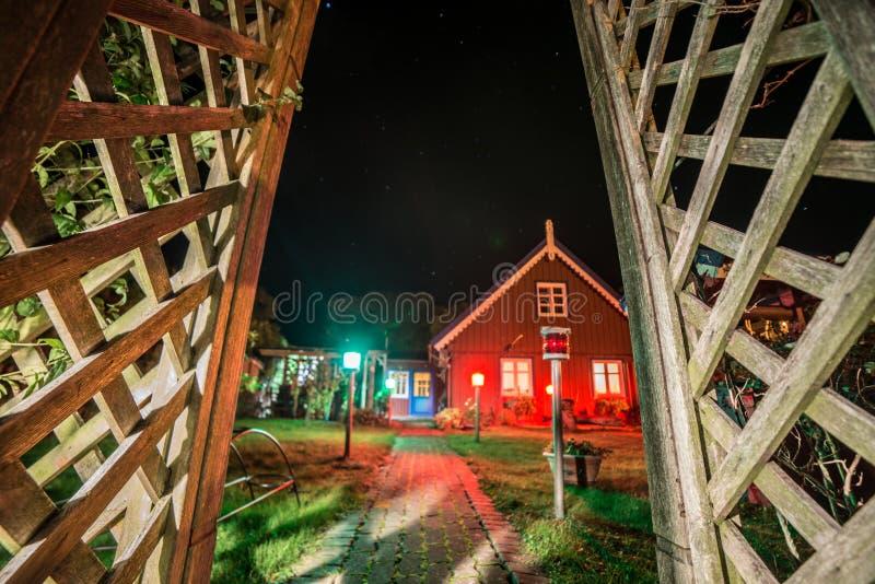 木房子在晚上在奈达 库存图片