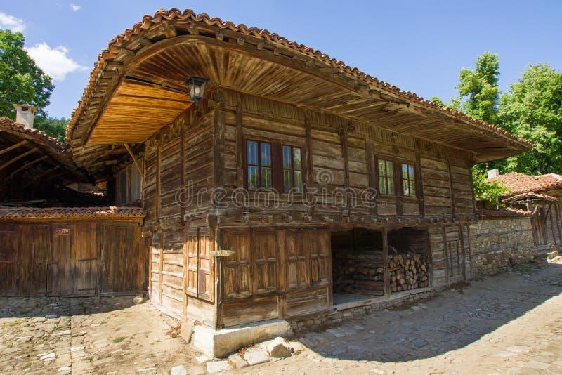 木房子在巴尔干的村庄 免版税图库摄影