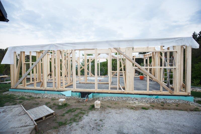 木房子框架建设中 免版税库存图片