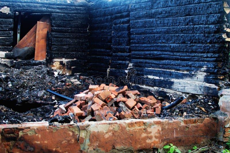 木房子的遗骸在火以后的 免版税库存照片