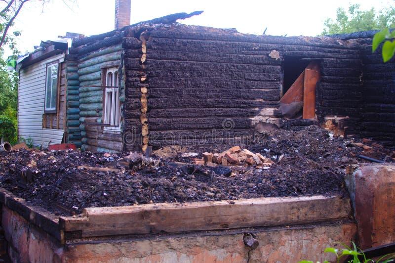 木房子的遗骸在火以后的 免版税库存图片