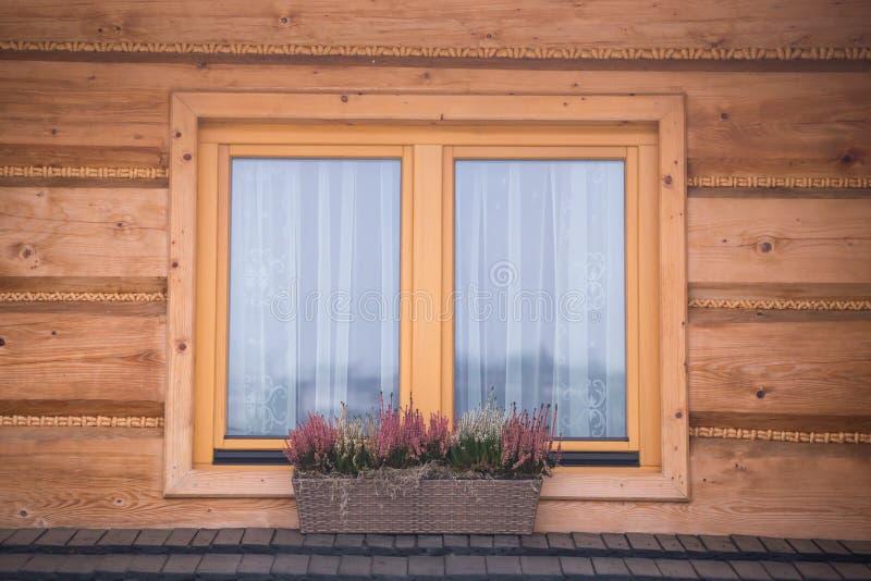 木房子窗口,波兰 免版税库存照片